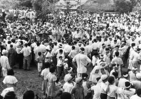 磯降祭御旅所に集う人々